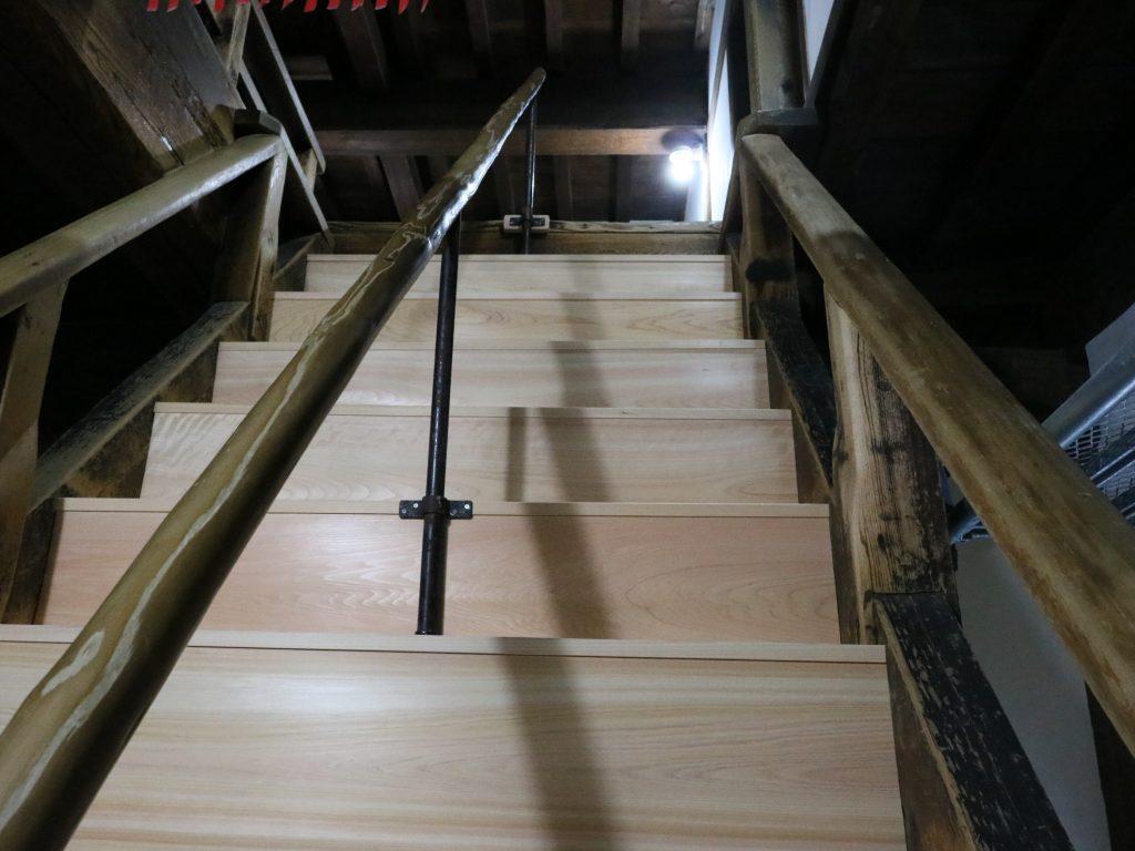 頭上注意の階段も新調